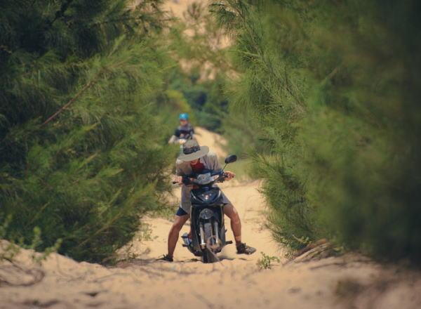 砂浜のスクーター